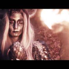 Hier ein kleiner Trailer zu unserem neuen YouTube Video🔥 Video Link ist oben in meiner Instagram Bio und Vlog bei @kupferfuchs zu finden 😊 Wie gefällt euch das Painting und was wünscht ihr euch als nächstes :) ?❤ Models:@kupferfuchs & @sithlord.666, Video: @tombrueckner_com, Fotos: @freitagfotografie Assistenten:@annikapusch &@philippsteuer Bodypainting: ich xD #dragon #bodypainting #facepainting #makeup #videooftheday #picoftheday #artoftheday #fire #art #instaart #painting #youtuber…