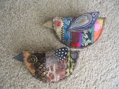 This, that and everything inbetween: Patchwork bird brooches. Fabric Birds, Fabric Art, Fabric Scraps, Fabric Flowers, Scrap Fabric, Textile Jewelry, Fabric Jewelry, Textile Art, Sewing Crafts