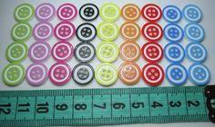 ENCONTRA AQUI: www.elo7.com.br/ohcilla Botão redondo com bordas colorida tamanho 12mm <br>Pacote com 30 unidades de cores diversas