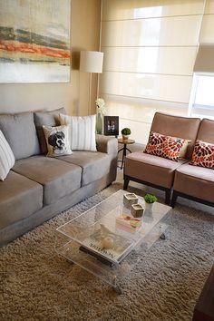 Cor do sofá. Poltronas lisas com almofadas estampadas.