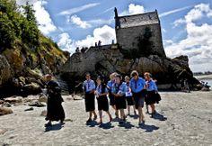 Mont Saint Michel, tras visitar la abadía, el recorrido continúa por el exterior de la zona amurallada, donde se encuentra la capilla de Saint Aubert.