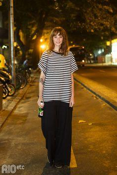 RIOetc | Não só os homens são de Marte  T-shirt oversized listrada e calça bem confortável pra uma cerveja no Arpoador.