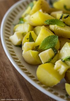 Cartofi fierti la abur, cu menta si unt - Menta & Rozmarin Unt, Romanian Food, Cantaloupe, Good Food, Cooking Recipes, Drink, Salads, Beverage