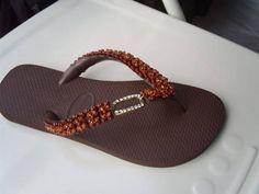 Chinelo Havaianas Customizado com as tiras bordadas com pedrarias e com peça de metal ouro velho com strass.Encomendas na cor e tamanho de sua preferência.***Consultar o valor do frete*** R$ 35,00