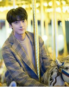 Put your head on my shoulder Cute Asian Guys, Asian Boys, Handsome Korean Actors, Handsome Boys, Handsome Anime, Beautiful Boys, Pretty Boys, Korean Boys Ulzzang, Ulzzang Korea