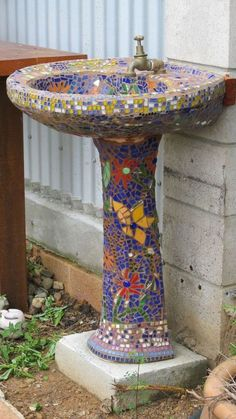 What a great idea . take a scrapped pedestal sink and mosaic it! Wash off garden tools, hands, etc outdoors And a bird bath! Mosaic Garden Art, Mosaic Art, Mosaic Glass, Mosaic Tiles, Stained Glass, Glass Art, Mosaic Birdbath, Mosaic Crafts, Mosaic Projects
