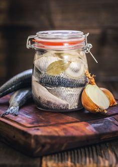 Nekupujeme, vyrábíme: Domácí nakládané sledě nemají chybu! - Proženy Fish Recipes, Healthy Recipes, Slovak Recipes, Fisher, Food 52, Mason Jars, Food And Drink, Canning, Tableware