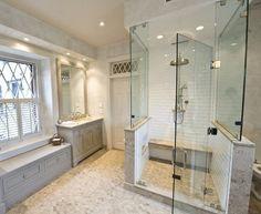 salle de bain opulente avec cabine de douche et 2 bancs séparés