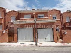 Chalet adosado en la localidad de Villa del Prado distribuida en 2 plantas con 139 m² repartidos en 3 habitaciones, 3 baños, salón comedor, cocina independiente y hall recibidor. Con garaje,  dos terrazas y jardín posterior.