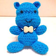 Ippopotamo azzurro amigurumi, simpatico ed elegante, fatto a mano all'uncinetto con papillon bianco, by La piccola bottega della Creatività, 15,90 € su misshobby.com