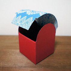 アーチ状のフタを、箱の内側に差し込む形です。