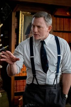 Are Your Knives Out? Rian Johnson Is Working on a Sequel With Daniel Craig Returning Daniel Craig James Bond, Daniel Craig Style, Rian Johnson, Dakota Johnson, Paul Newman, The Hollywood Reporter, Movie Photo, Classic Man, American Actors