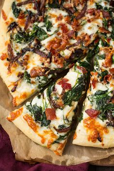 Caramelized Onion, Bacon and Spinach Pizza. Not your traditional pizza! This is layered with a creamy white sauce, bacon, spinach and flavorful caramelized onions. So amazingly tasty! I Love Food, Good Food, Yummy Food, Tasty, Great Recipes, Dinner Recipes, Favorite Recipes, Easy Recipes, Spinach Pizza