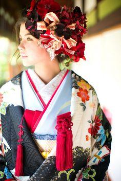 打掛『宝尽風景文様』、掛下『水色花菖蒲の調べ』艶やかで柔らかい友禅染めの一枚。顔まわりに入る白地と黒の雲取文様、砂子箔、雪輪文用、宝尽くしの吉祥文様が詰め込まれて、見るも華やかな一枚です。流水の水色がアクセントで爽やかさを演出します。 Yukata Kimono, Kimono Japan, Kimono Fabric, Japanese Geisha, Japanese Beauty, Japanese Girl, Japanese Wedding Kimono, Japanese Kimono, Japanese Outfits