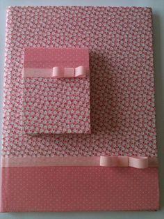 Kit é composto de caderno assinatura com 50 folhas e 10 blocos para anotações com 50 folhas sem palta. Revestimento com tecido a escolha do cliente fazendo composição com os blocos pequenos. Tamanhos : caderno: 21x15x01 cm bloco :12x09x01 cm *Orçamentos Esta primeira fase da comunica...