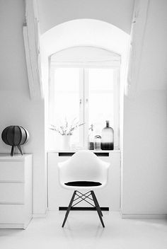 More monochrome interior inspiration Monochrome Interior, Black And White Interior, Black White, Pure White, Style At Home, Living Room Designs, Living Room Decor, Interior Styling, Interior Design
