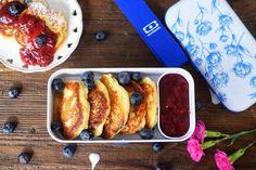 Śniadanie do pracy w 15 minut? To możliwe! Serniczki z patelni wraz z dżemem o smaku owoce leśne i świeżymi borówkami. To propozycja idealna do lunchboxa. Bento, French Toast, Meals, Cooking, Breakfast, Recipes, Food, Kitchen, Morning Coffee