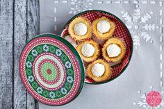 Serniczki upieczone w foremkach na muffiny i papilotkach, zapakowane w ozdobną, świąteczną puszkę.  http://dorota.in/jadalne-prezenty-na-boze-narodzenie/