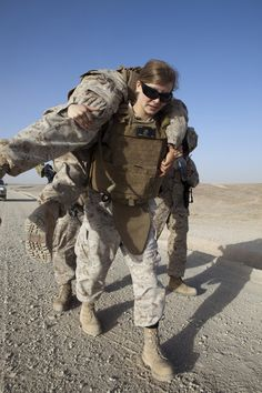 Who says women aren't strong enough? A female soldier carries a wounded buddy. Related posts:Top Braided Miles From Tyranny : Girls With The Argument About Updo Wedding Hairstyles Military Love, Military Police, Usmc, Military Veterans, Military Female, Female Marines, Female Soldier, Women Marines, Soldado Universal