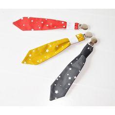 attache tétine cravate rouge étoilee