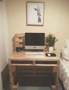 Pallet Furniture Projects The stylish pallet desk - Get inspired with these DIY desk ideas. Diy Computer Desk, Diy Desk, Computer Tips, Pallet Desk, Pallet House, Pallet Benches, Pallet Cabinet, Pallet Tables, Pallet Bar