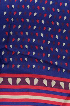 Foulard in twill di pura seta, Made in Italy, con disegno fantasia a 4 colori. Con il denaro ricavato, ci aiuterai a donare la somma all'associazione GRADE e a costruire il nuovo Reparto di Oncoematologia presso l'Arcispedale Santa Maria Nuova di Reggio Emilia. #grade #foulard #diffusionetessile #AI13
