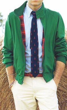 Wear a green bomber jacket and beige chinos for a trendy and easy going look. Preppy Men, Preppy Style, Sharp Dressed Man, Well Dressed Men, Pull Beige, Vertical Striped Dress, Beige Chinos, Moda Formal, Style Masculin