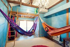 ハンモックも加わって一層カラフル。こんな子供部屋、楽し過ぎる。