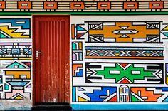 A África é um continente cheio de curiosidades e costumes interessantes, estampados por todos os lados. Um deles vem do grupo étnicoNdebeles, da África do Sul e Zimbábue, que tem o costume de pintar, ou melhor, estampar suas casas com muitas cores e formas marcantes. Pouco se sabe sobre as casas, mas aparentemente tiveram origem …