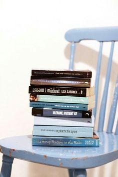 Fynd på loppis!  Pocketböcker i samma nyans som snygga inredningsdetaljer.