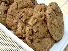 Big, fat, chewy chocolate chip cookies / Cookies com gotas de chocolate gigantes, gorduchos e macios by Patricia Scarpin, via Flickr