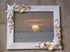 Best DIY Photo And Picture Frame Crafts (Ideas and Designs) DIY Projects DIY Picture Frames - Is that something you could build? You can make your own unique picture frames with a little imagination and your creativity. Seashell Picture Frames, Seashell Frame, Seashell Art, Seashell Crafts, Sea Crafts, Nature Crafts, Seashell Projects, Diy Projects, Deco Marine