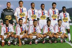 De gauche à droite debout : Coupet-Bak-Chanelet-Anderson-Laville-Dhorasoo ; accroupis : Marlet-Blanc-Laigle-Violeau-Malbranque