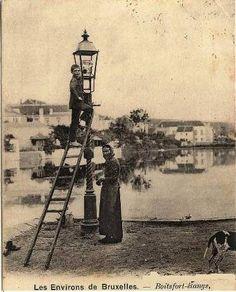 En 1766, à Paris, les lanternes cèdent la place aux réverbères, l'huile succédant aux chandelles à double mèche.