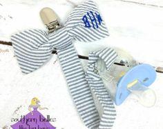 Regalo del bebé corbata con monograma chupete por BellesLikeBigBows