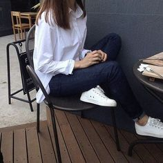 Astonishing Sneaker Outfits Ideas To Make Your Look White Sneakers Outfit, Sneakers Fashion Outfits, Sneaker Outfits, White Polo Outfit Women, Fashion Pants, Fashion Dresses, Look Fashion, Korean Fashion, Womens Fashion