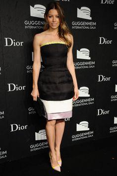 Fiesta de Dior en el Guggenheim. Amarillo, rosa empolvado y blanco para reinventar un little black dress. Así lo hizo Jessica Biel con este outfit de Dior.