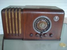 VERY UNIQUE 1937 AIRLINES MODEL 62-367 BC/SW, 6 TUBE TABLE RADIO.