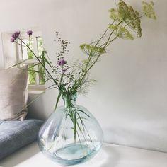 Deze grote vaas van Affari of Sweden heeft maar een paar bloemen nodig voor een groots effect. Gemaakt van gerecycled glas. #affariofsweden