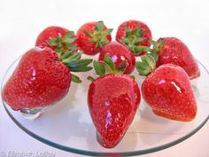 Glazed strawberries with a hard candy shell can be eaten as is for dessert or used as a gorgeous addition to a fruit platter, tart, or berry cake. Candied Strawberries Recipe, Candied Fruit, Chocolate Covered Strawberries, Strawberry Glaze, Strawberry Recipes, Fruit Recipes, Dessert Recipes, Hard Candy Recipes, Strawberry Tarts