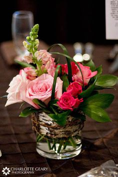See this step by step DIY centerpiece tutorial! It shows you how to make one of the most trendy wedding flower arrangements! Beautiful pictures too!