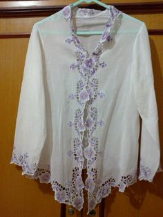 kebaya encim Indonesian Kebaya, Model Kebaya, Batik Kebaya, Traditional Outfits, Dressmaking, Ikat, Machine Embroidery, Tunic Tops, India