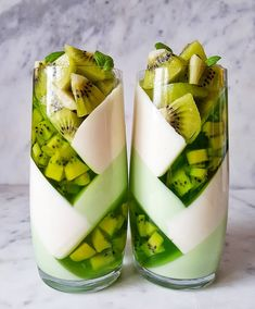 Kiwi jelly layers with white chocolate and yogourt by Its so originale and beautiful ! Kiwi jelly layers with white chocolate and Cute Desserts, Dessert Recipes, Cute Food, Yummy Food, Kreative Desserts, Cooking Recipes, Healthy Recipes, Detox Recipes, Healthy Drinks