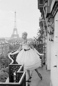 2-M80-D1958-47 Model on a balcony in Paris, 1958. © Jacques Rouchon / akg-images