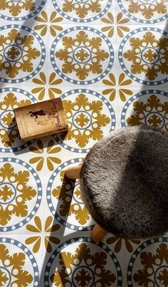 Deze Sorzano vloertegels zijn gemaakt van een stevige vinyl, die is voorzien van een zelfklevende laag. Je kunt de pvc tegels gewoon over een bestaande (tegel)vloer heen plakken, zolang deze maar schoon, vlak en droog is. Verkrijgbaar bij Funky Friday