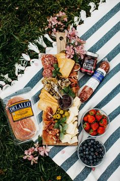 the ultimate summer picnic charcuterie board for date night. learn how to make a charcuterie board, the best cheese board items, & easy picnic food ideas. Romantic Picnic Food, Picnic Date Food, Picnic Ideas, Picnic Recipes, Beach Picnic Foods, Romantic Dinners, Beach Snacks, Romantic Couples, Night Picnic