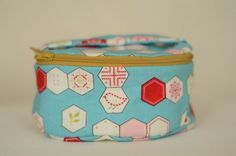 017 - Oval Pouch bag tutorial - detailed and very cute! Cosmetic Bag Tutorial, Zipper Pouch Tutorial, Fabric Boxes, Round Bag, Craft Bags, Bag Patterns To Sew, Types Of Bag, Box Bag, Zipper Bags