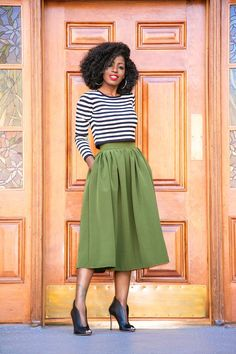 Foehill Dressy/Sassy Life Midi godê skirt: 40 looks with this elegant and versatile piece you can find similar pins below. We have brought the best of. Classy Dress, Classy Outfits, Stylish Outfits, Fashion Outfits, Midi Skirt Outfit, Skirt Outfits, Dress Skirt, Style Pantry, Looks Chic