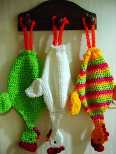 zingara_crochet_ok Los encontré de paseo por la web. Crochet Kitchen, Crochet Home, Love Crochet, Crochet Crafts, Crochet Projects, Knit Crochet, Crochet Chicken, Plastic Bag Holders, Easter Crochet