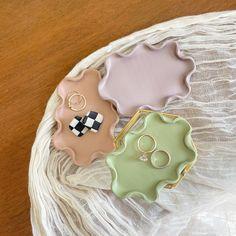Ceramic Pottery, Pottery Art, Ceramic Art, Jewelry Dish, Clay Jewelry, Jewelry Making, Keramik Design, Clay Art Projects, Cute Clay
